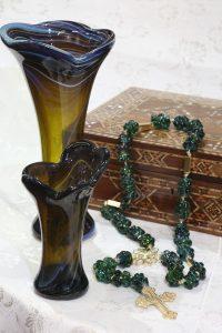 2 vasos com o terço verde e a caixa 2