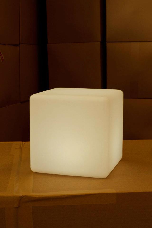 Luz branca com 3 intensidades, chegando à 1.600 tons, com RGB