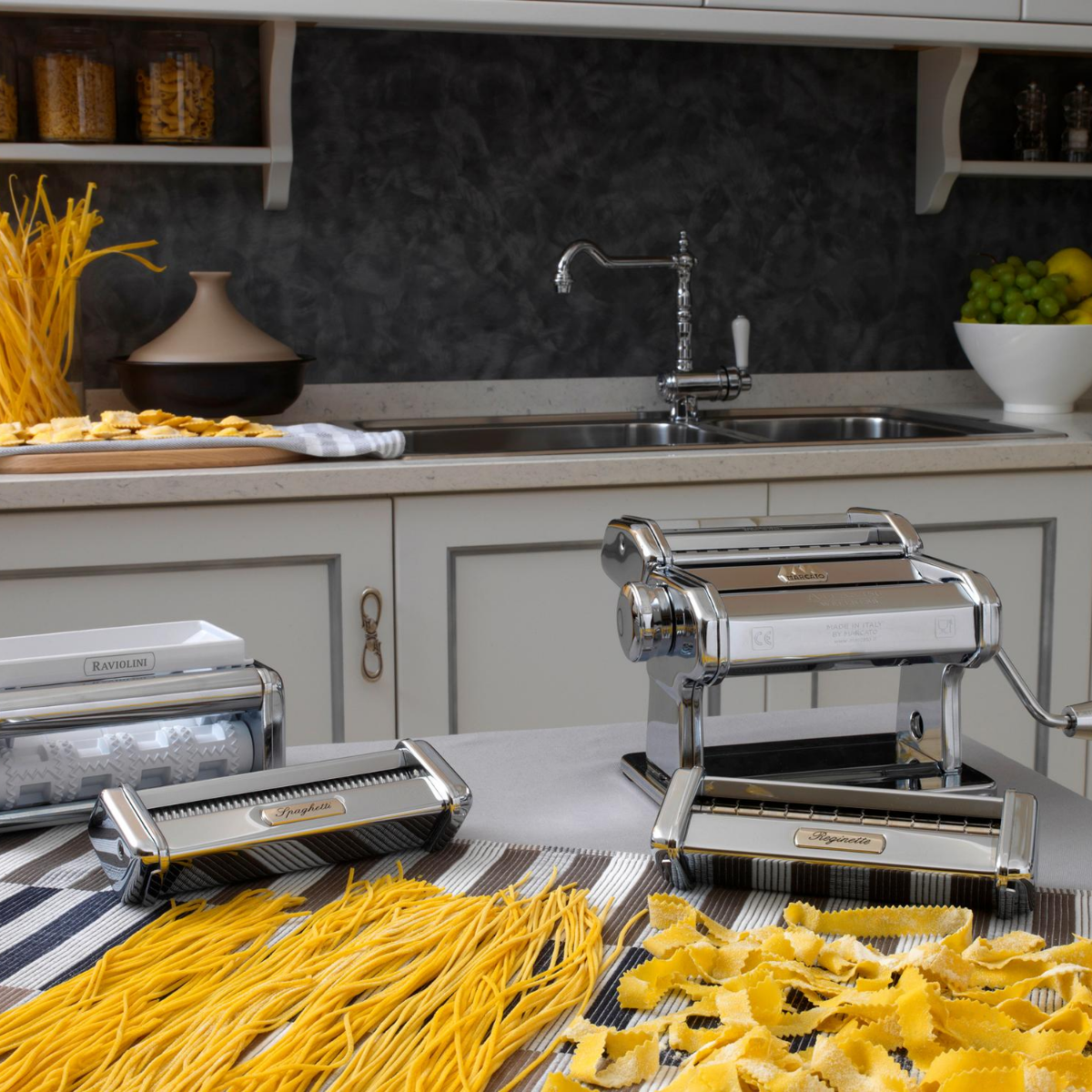A máquina mais popular para fazer massas frescas caseiras. Ícone do Design e 100% Made in Italy. Com a Atlas 150, você pode facilmente fazer lasanha, fettuccine, tagliolini e outras formas de macarrão, graças à grande variedade de acessórios.