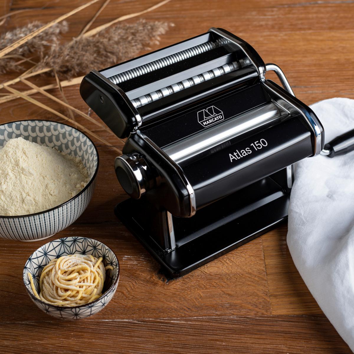 A Atlas 150 surge na versão preta, em alumínio anodizado. Criatividade e elegância na sua cozinha! Feita com cilindros especiais em alumínio que garantem a qualidade no preparo do alimento.