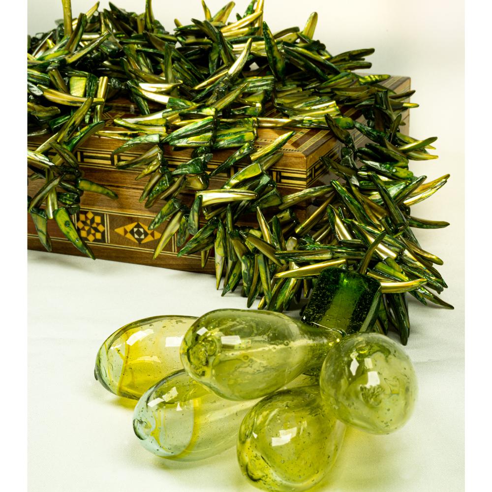 Colar-de-mesa-3-fios-coleção madrepérola cor verde acabamento gotas de murano transparente esverdeado