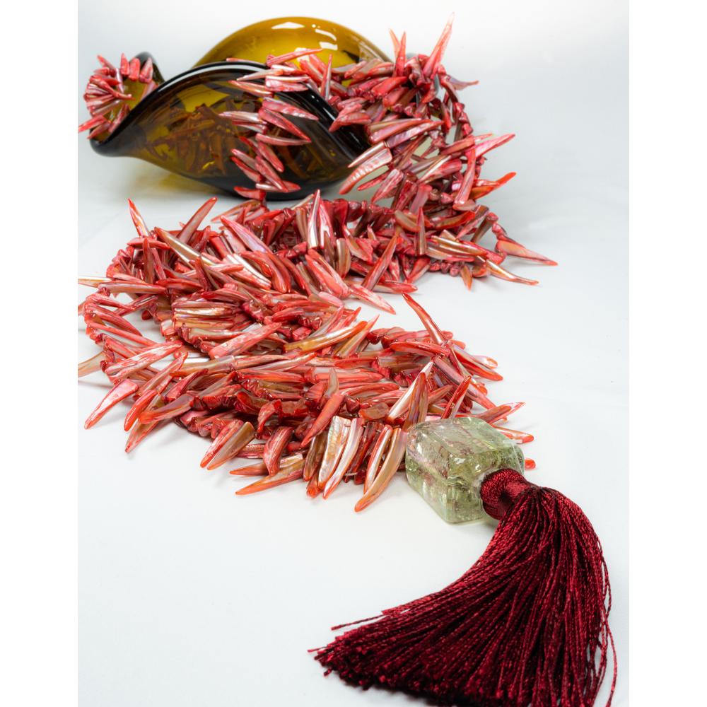Colar-de-mesa-3-fios-longos-coleção-madrepérola cor coral acabamento murano com pingente de seda