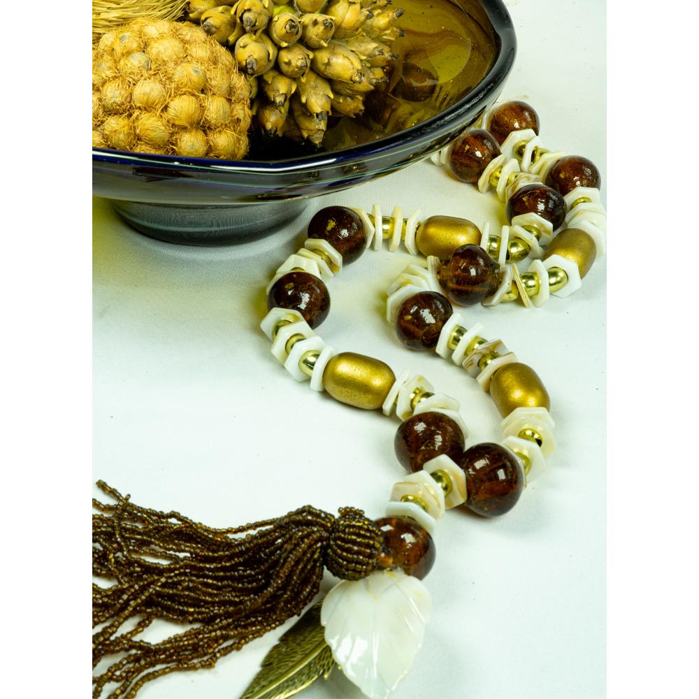 Colar de mesa bolas  de murano ambar com madrepérola e tamaras douradas coleção madre pérola acabamento pingente de miçanga