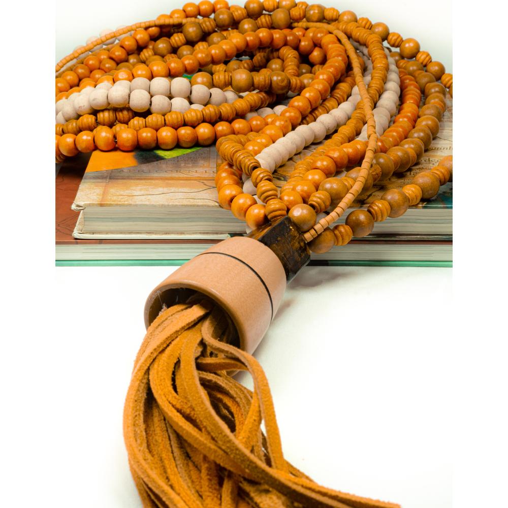 Colar-de-mesa-da-coleção-brasilianista-5-fios-cores-da-terra-alaranjados-acabamento-em-murano-e-pingente-de-couro-e-madeira
