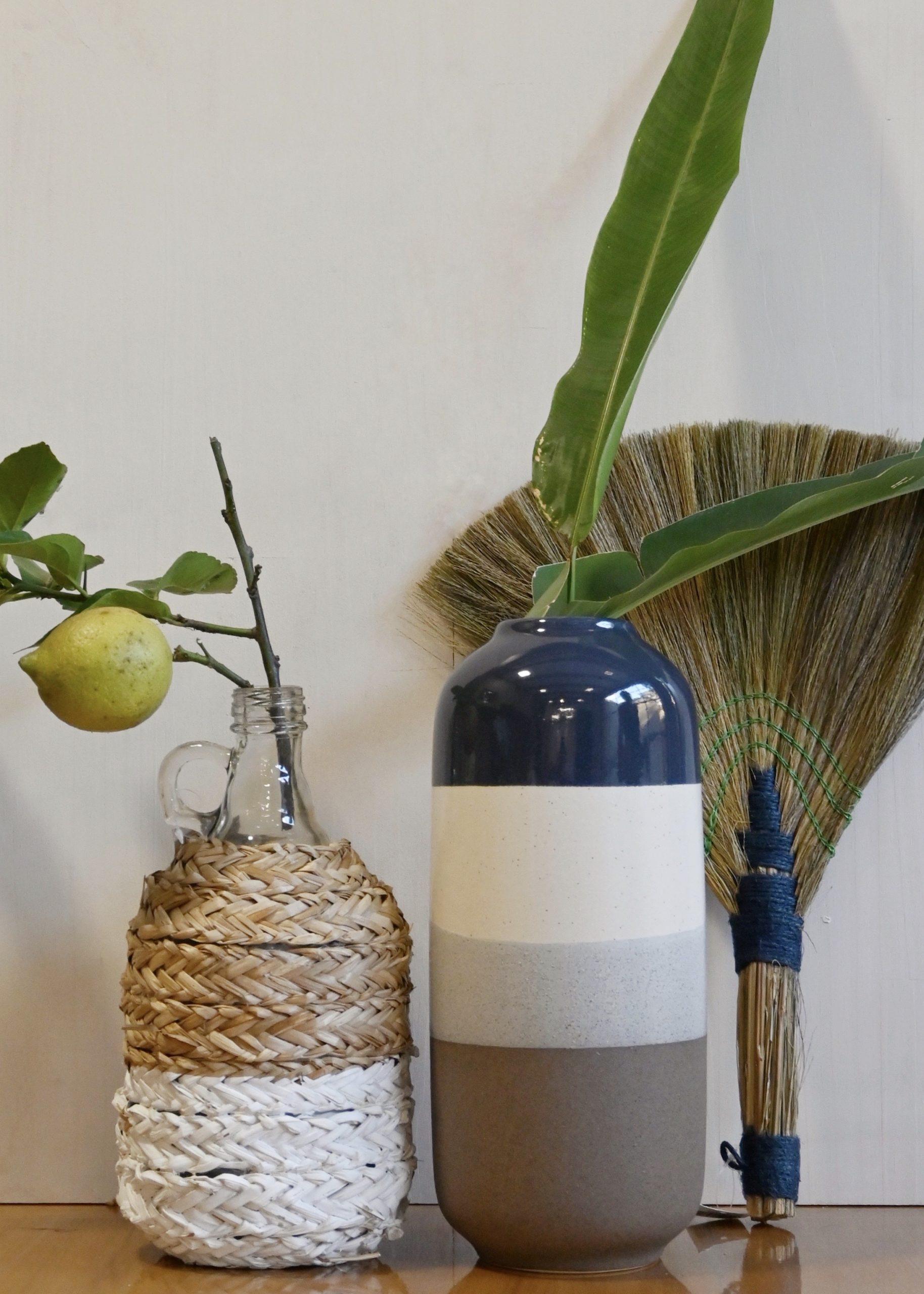 Jarro em Vidro com Revestimento em Palha e Vaso em Cerâmica