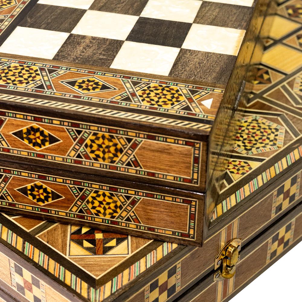 Jogos de gamão e xadrez com desenhos e tamanhos diferenciados