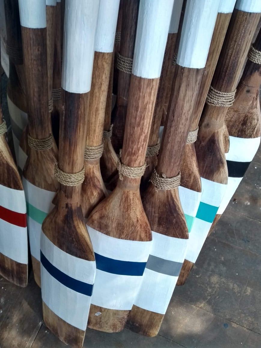 Remo de madeira com detalhe em fibra natural.