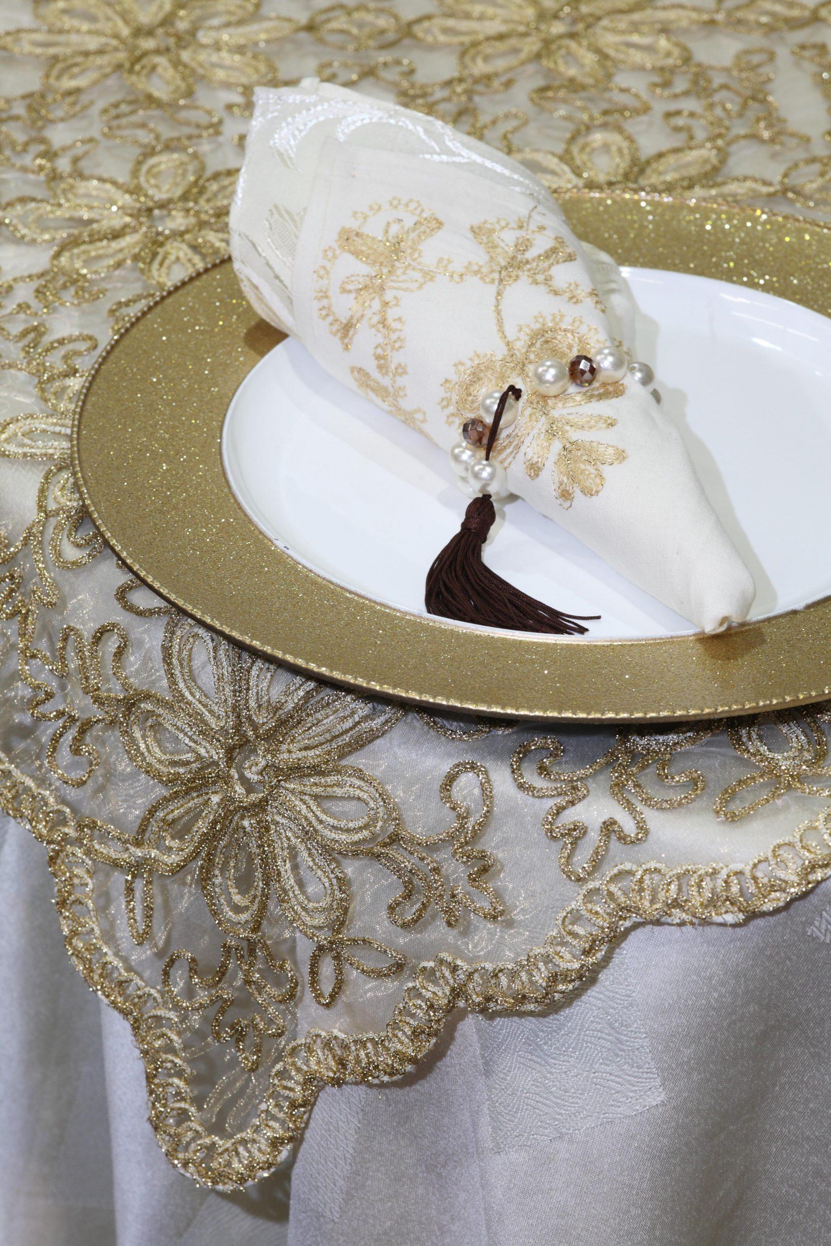 Toalha de mesa bordada cinçal ouro com ouro velhoquadrada 2,15x2,15