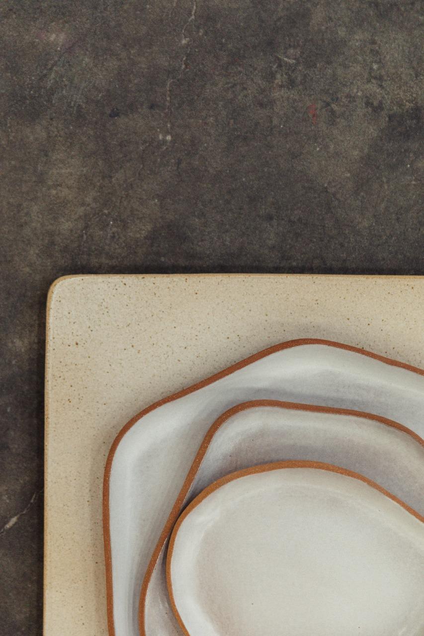 Trio de Pratos e Sousplat na cor branca. Detalhe da borda em argila natural.