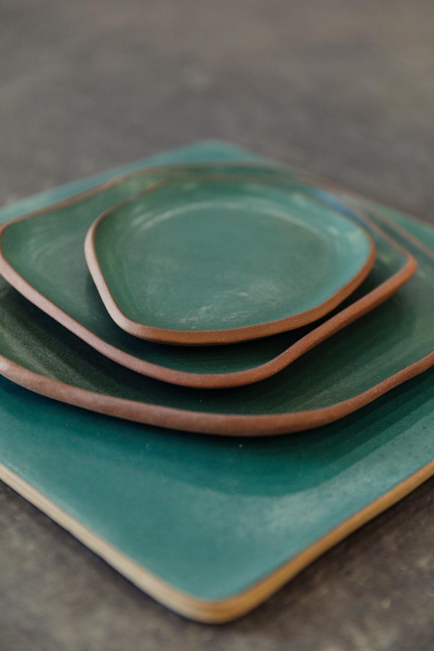 Trio de Pratos e Sousplat na cor verde. Detalhe da borda em argila natural.