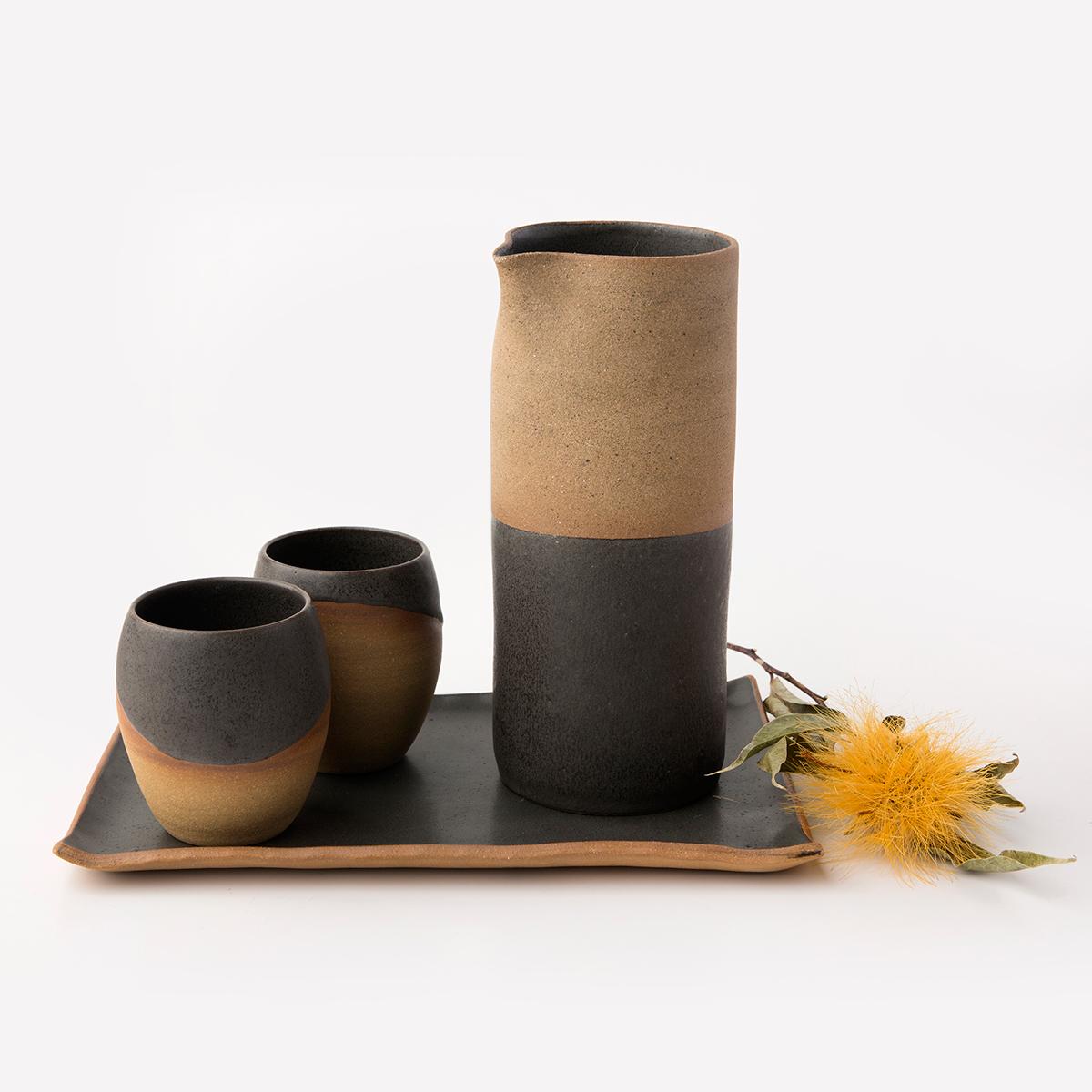 Conjunto: Jarra + 2 Copos Tulipa + Travessa Retangular M. Cor: preto e argila natural