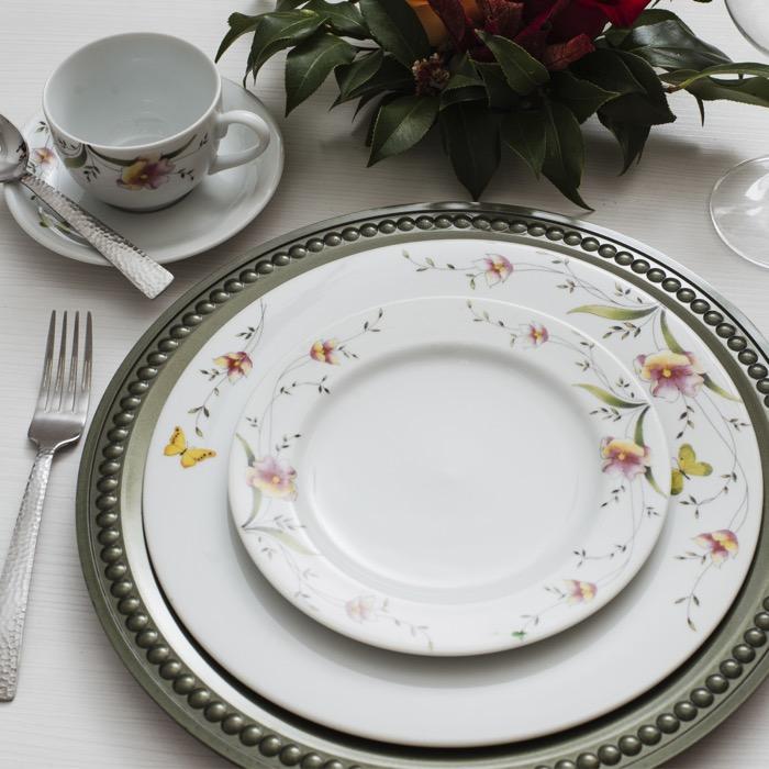 Carmen é uma decoração da Porcelana Real by Schmidt e combina flores e borboletas para compor uma decoração única na mesa.