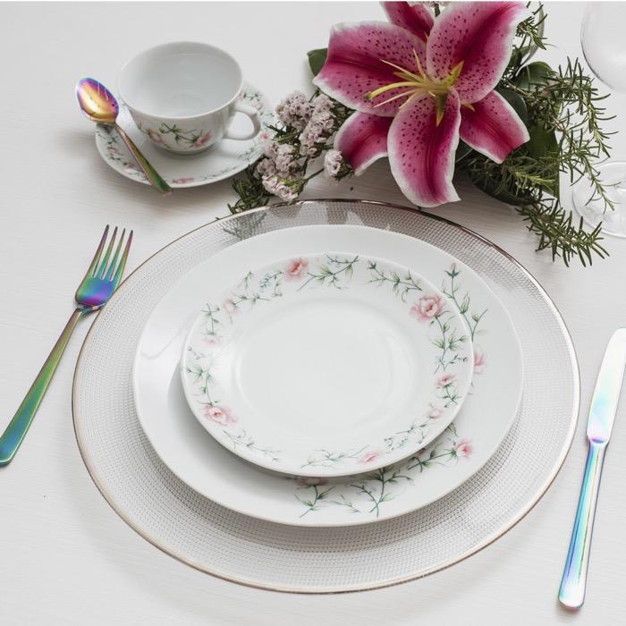 A decoração Tereza faz parte da coleção Porcelana Real by Schmidt e é uma das mais delicadas entre todas as florais.