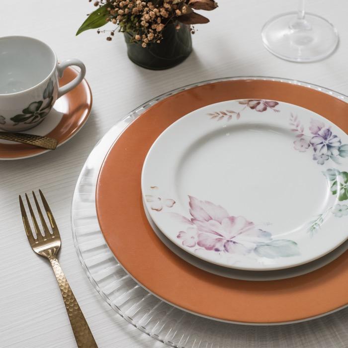 A decoração Alessandra combina florais aquarelados com a cor Living Coral.