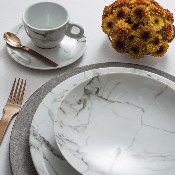 A decoração Mármore Cinza tem um toque perfeito de modernidade, que combina com as mais variadas montagens de mesa.