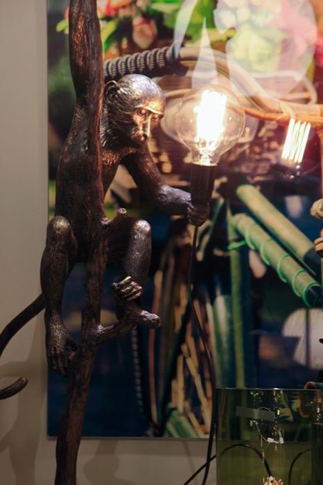 Luminária Chimpanze na Árvore preto e dourado