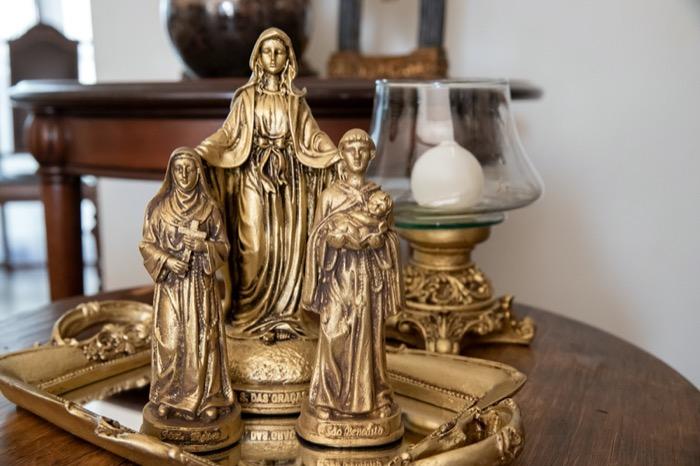Bandeja,Imagens de Santos e Castiçal em resina ouro envelhecido
