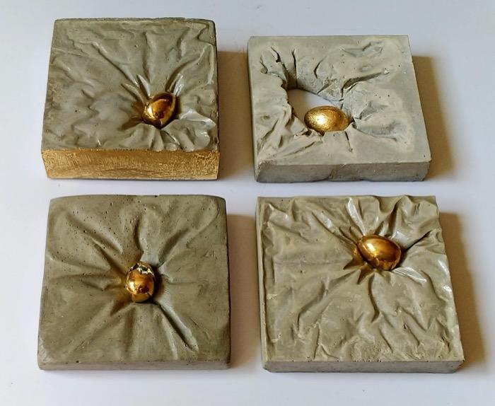 Tanto para mesa quanto para parede. Concreto, bronze e folhas douradas.