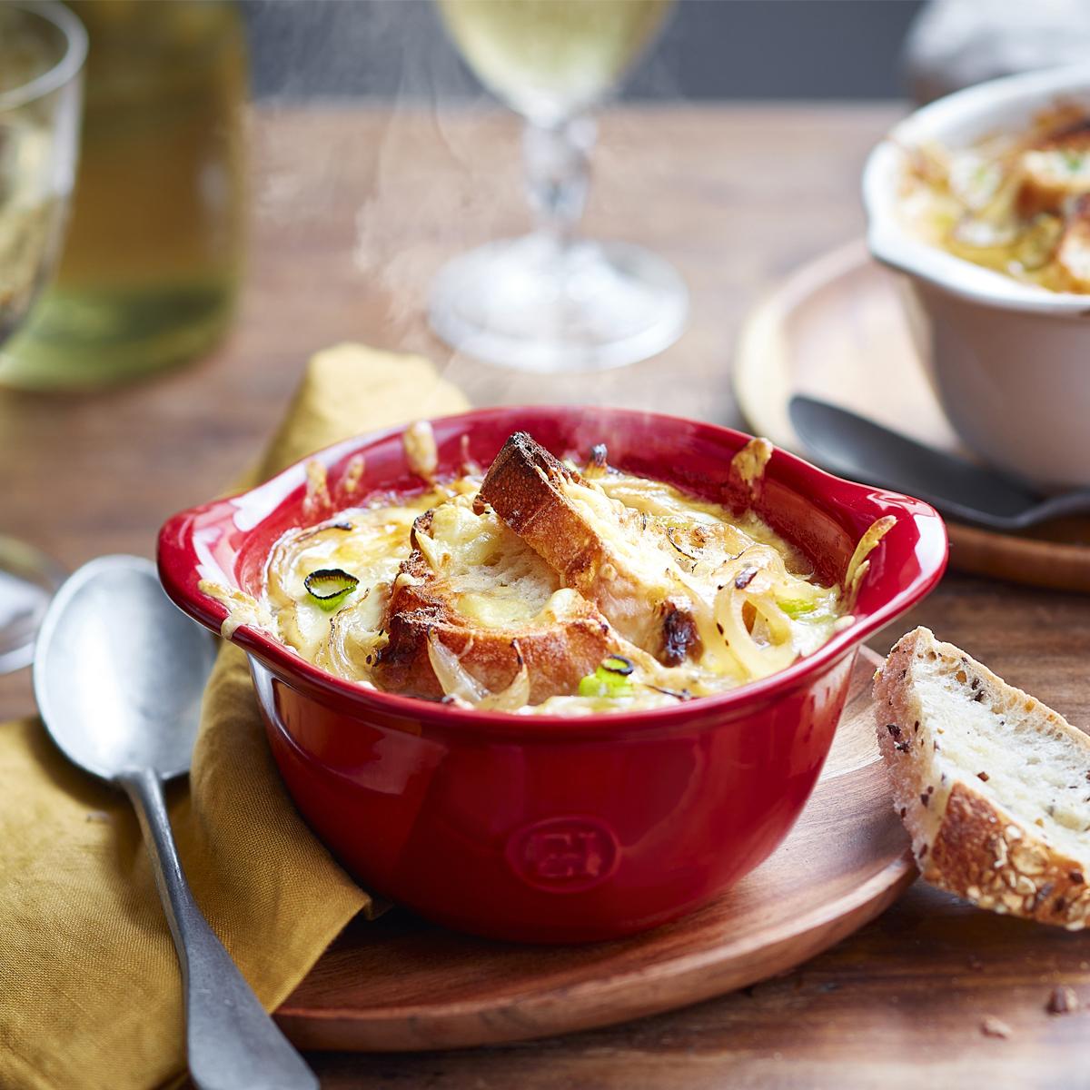 Sopa de cebola, chili com carne ou mac'n cheese — servidos em bowls para gratinar, a deliciosa crosta dourada está à sua disposição!