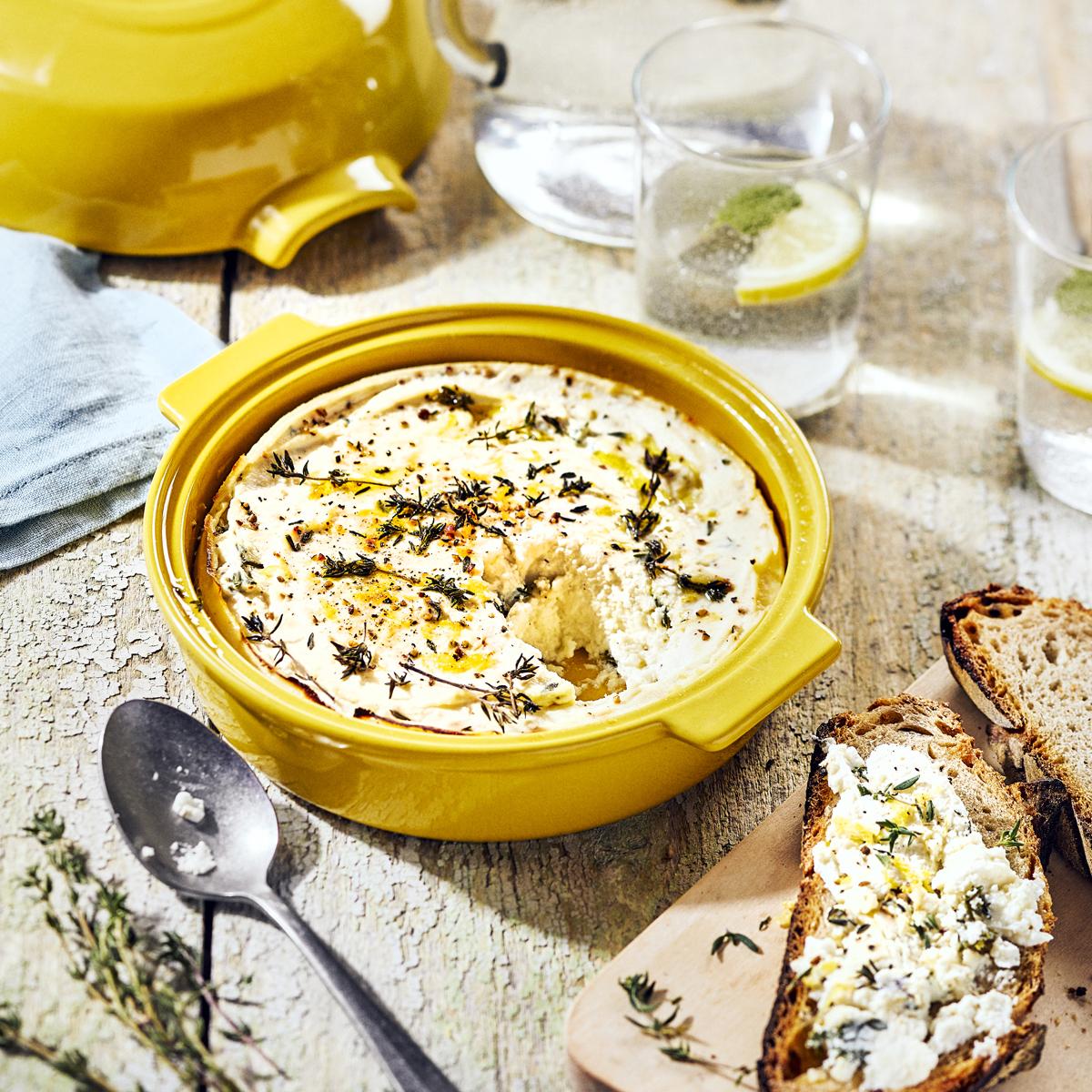 A forma para gratinar Emile Henry é ideal para preparar queijos para serem servidos quentes.