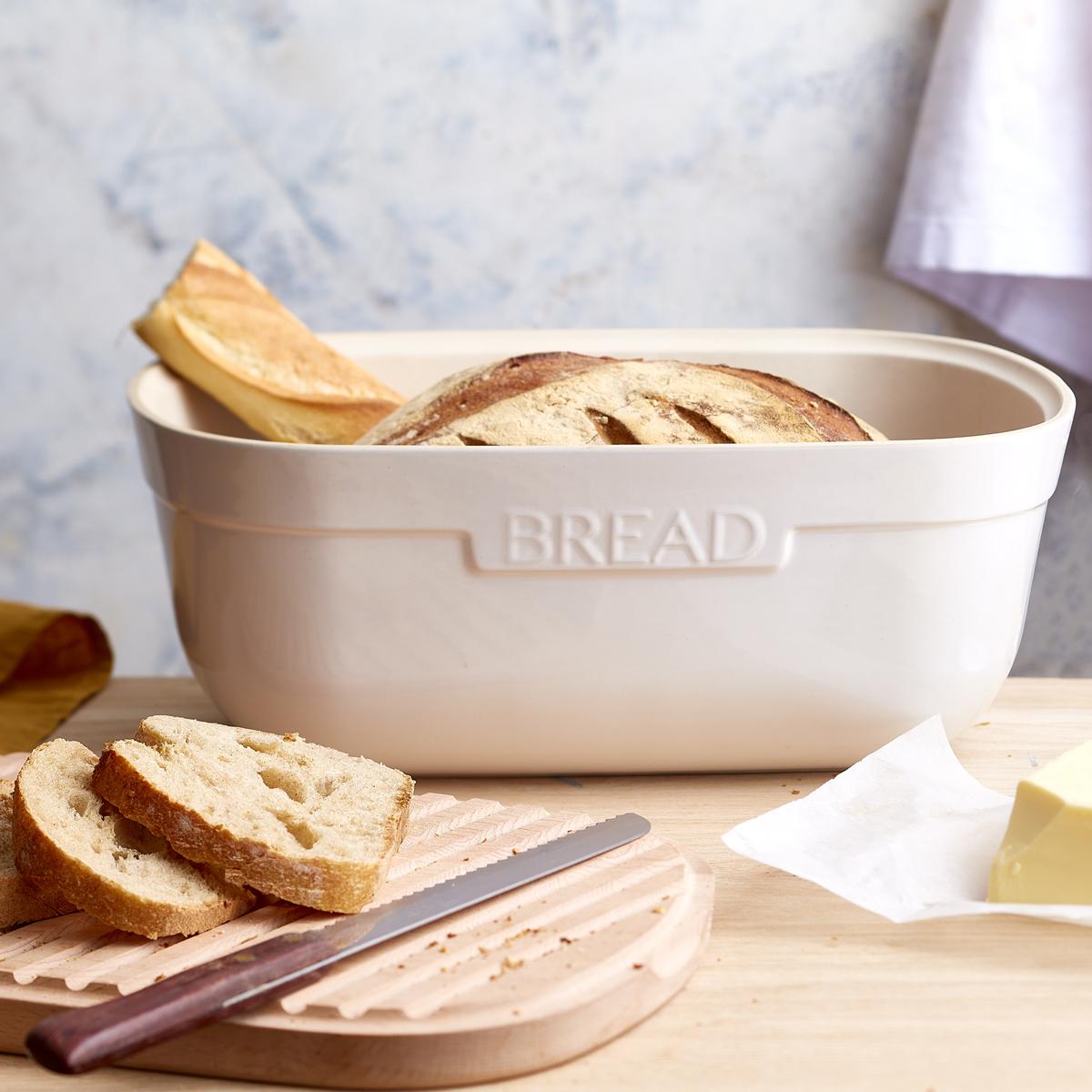 A tampa de madeira de faia protege e ajuda a conservar o pão.