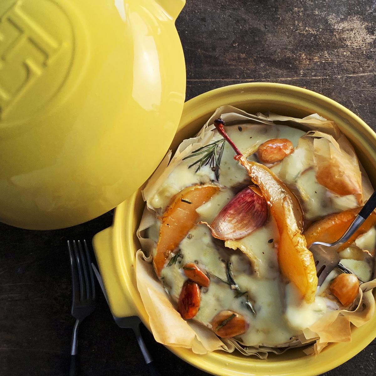 Também ajuda a reter odores e mantém o queijo quente até ser servido.