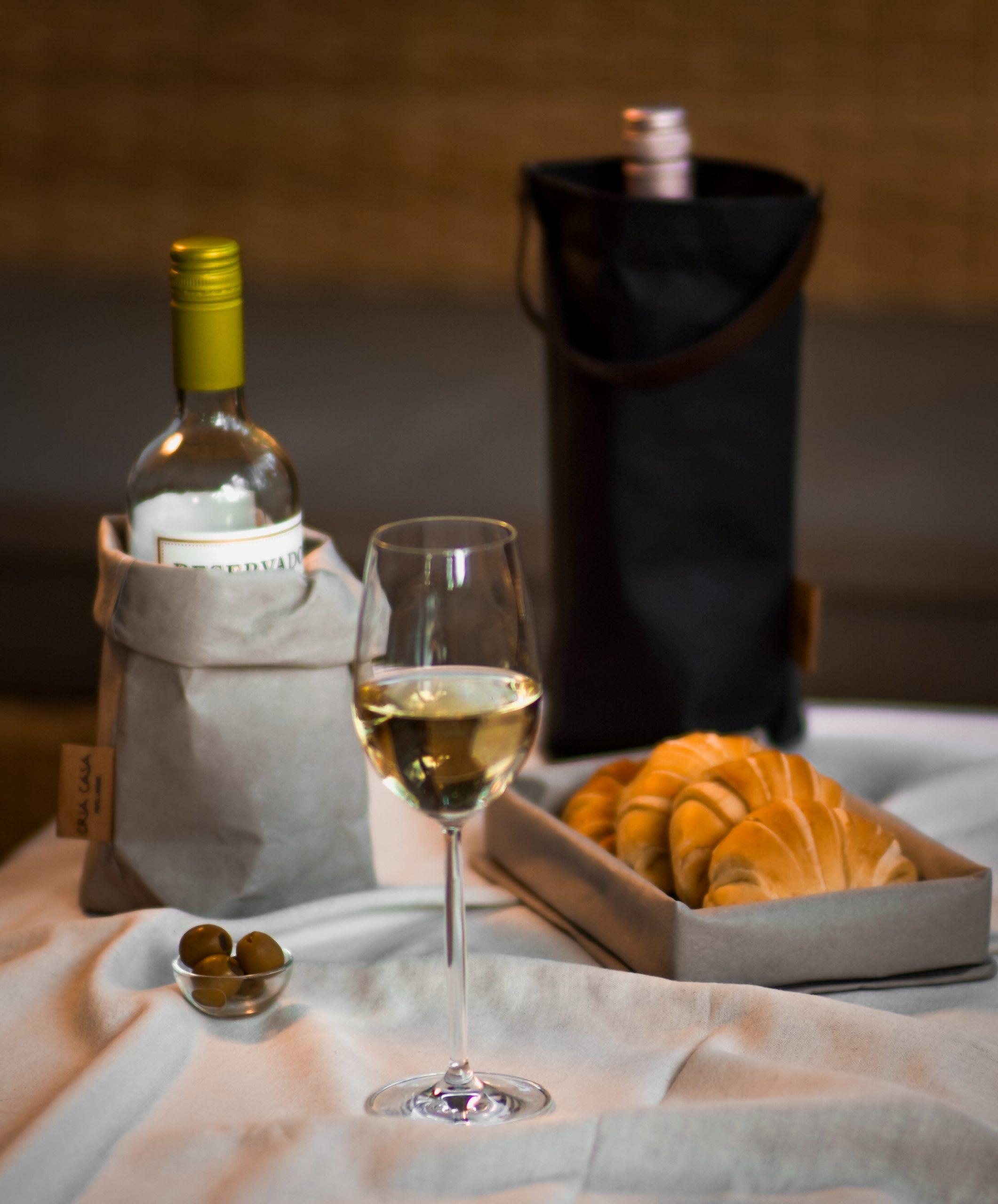 Porta-vinho individual de papel lavável com alça removível de couro